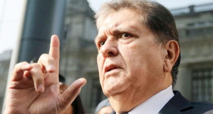 El expresidente de Perú se disparó cuando intentaron detenerlo