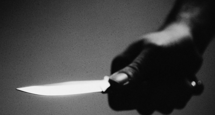 Intentaron apuñalar a una adolescente a metros de la Jefatura de Policía