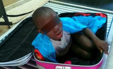 Niño africano de 8 años intentó entrar a España en una maleta