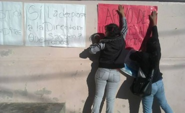 Docentes de la Escuela Rivadavia se manifestaron en apoyo a su Directora