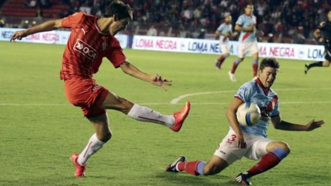 Independiente le ganó un duro partido a Arsenal y espera por Milito