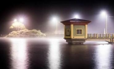Fabulosa imagen del Dique El Jumeal en noche lluviosa