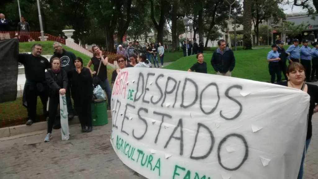 Trabajadores de ATE se manifiestan frente al Cine Teatro Catamarca