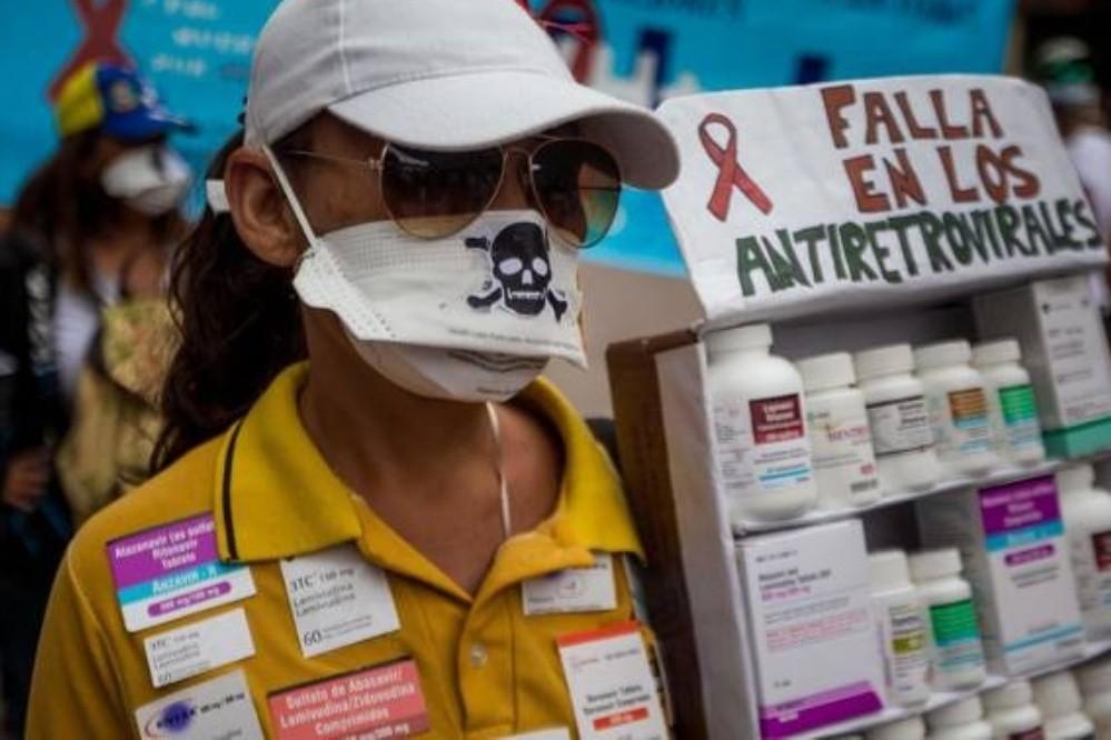 Venezuela: la gente suplica en la calle por medicamentos