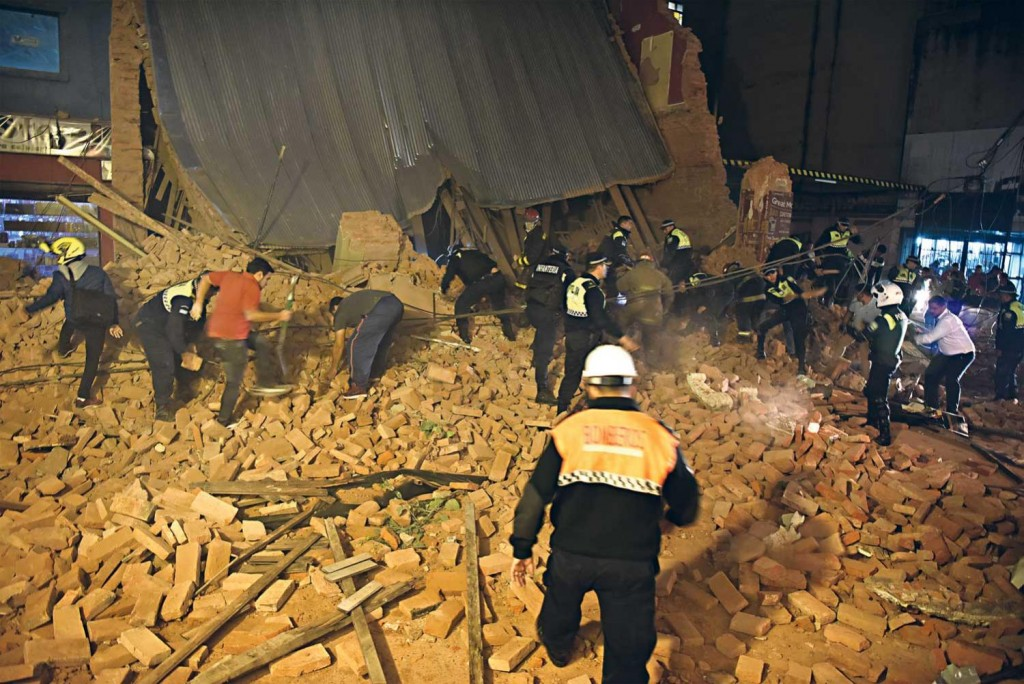 Terrible: tres muertos por el derrumbe de un exteatro en Tucumán