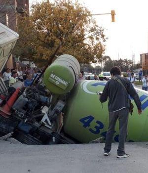 Chaco: dos vehículos cayeron dentro de un cráter