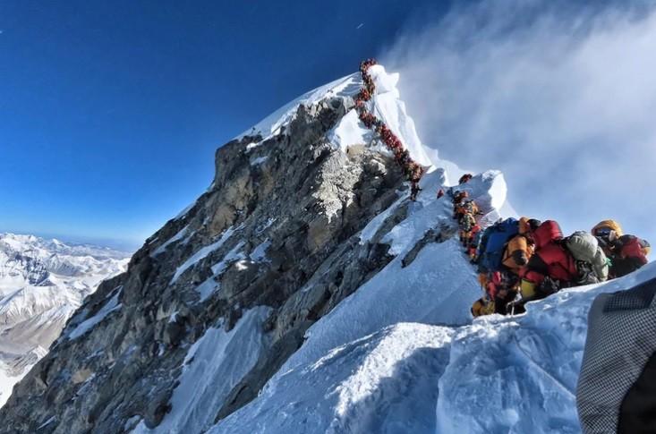 Otros tres muertos en el Everest en medio de impresionantes atascos en la cima del mundo
