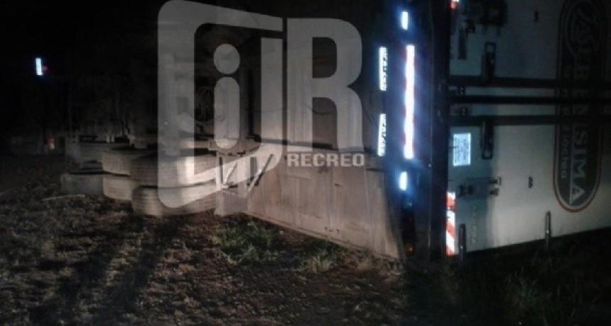 Volcó un camión repartidor de lácteos en la ruta 157