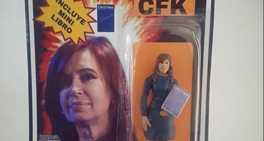 Lanzan una muñeca de Cristina Kirchner con libro incluido
