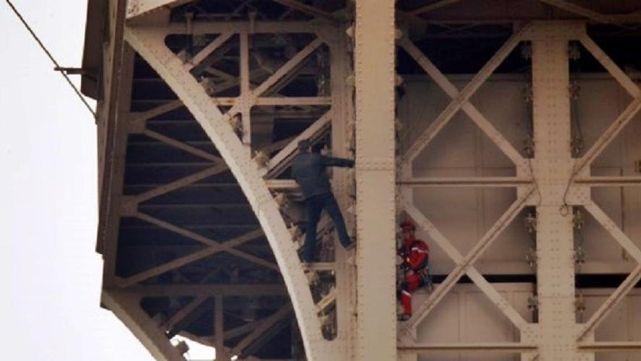 Bajaron al escalador de la Torre Eiffel y quedó cerrada a los turistas