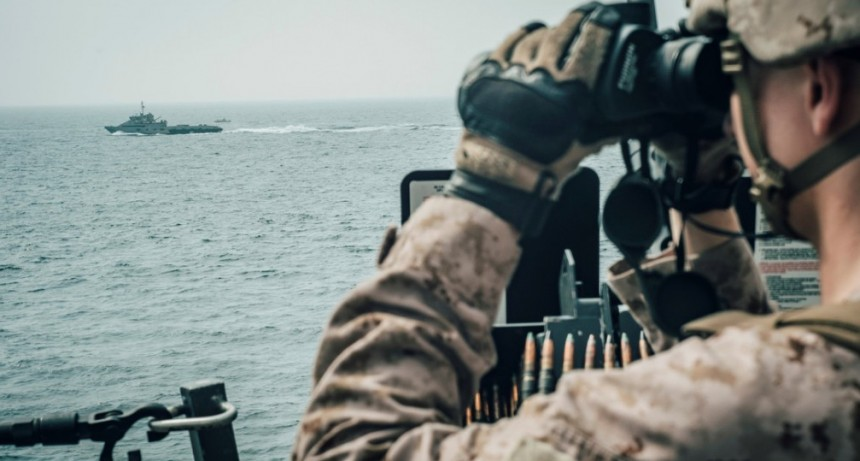 EE.UU. advierte que interpretará como una amenaza a cualquier barco armado que se acerque a menos de 100 metros de sus buques