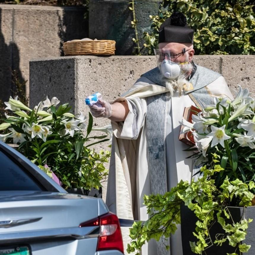 Sacerdote usa una pistola de agua para bendecir de forma segura y se vuelve viral