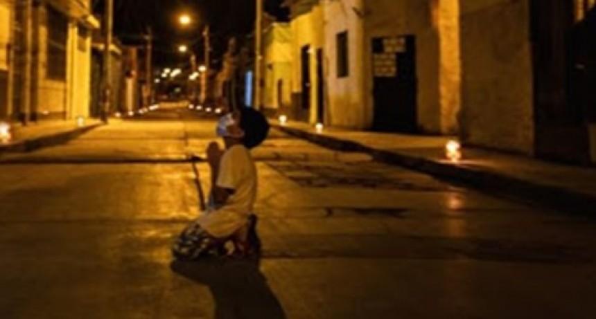La foto del nene arrodillado rezando en la calle para que se termine la pandemia de coronavirus