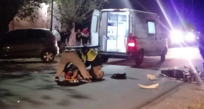 Motociclista se durmió y chocó contra un auto estacionado
