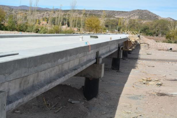 Notable avance en la construcción del puente que une Hualfín