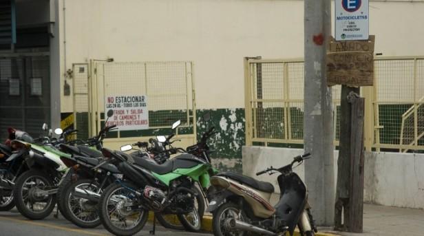 Proponen endurecer medidas por mal estacionamiento de motos