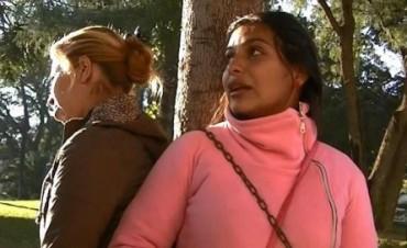 Dos Mujeres reclaman Viviendas se Encadenaron Frente a Casa de Gobierno