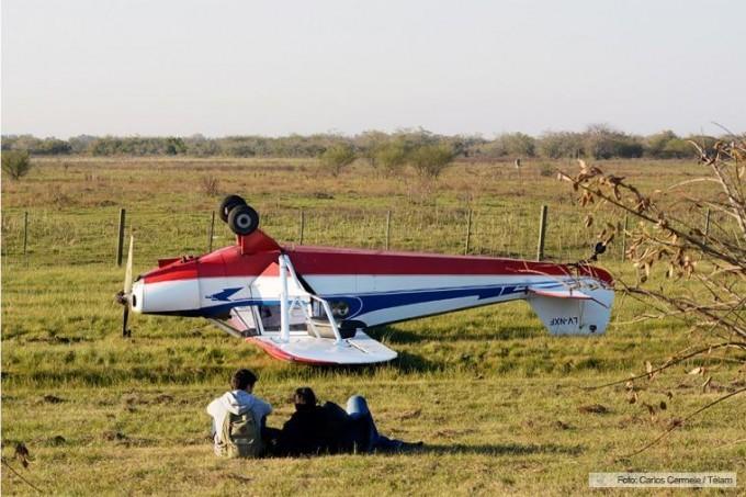 Cayó una avioneta al costado de la Autopista La Plata Buenos Aires
