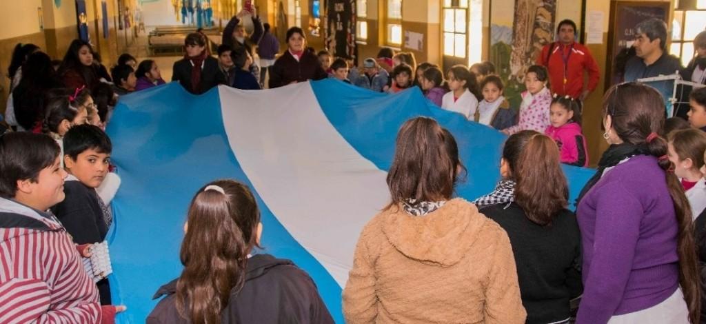 Chicos confeccionaron una bandera argentina de 5 metros en Fray Mamerto Esquiú