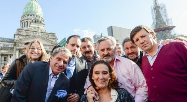 Michetti y un tropa cambiemita se sacaron selfies contra el aborto legal, seguro y grartuito