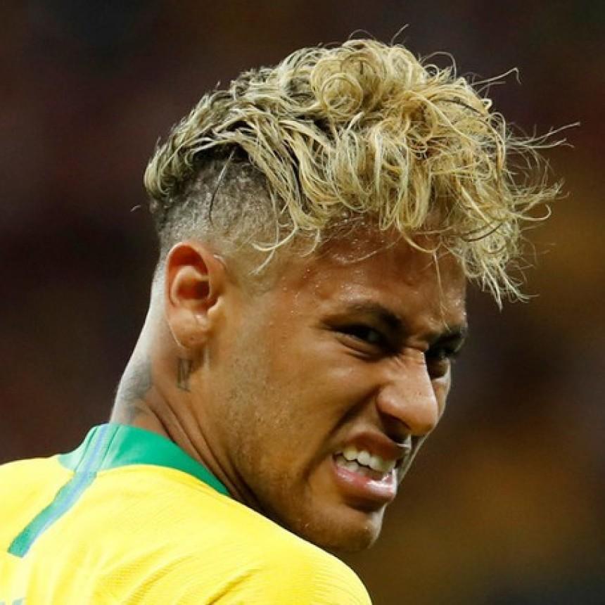 Tiene una colador de fideo en la cabeza se burlan de neymar por el peinado