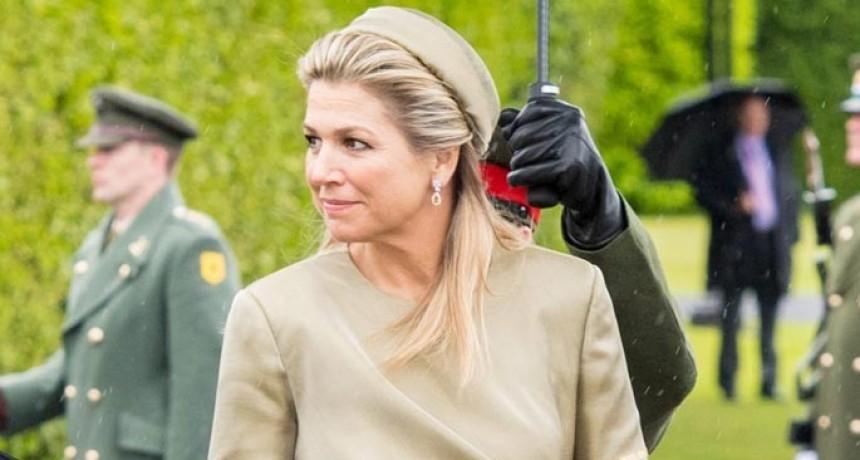 Máxima revolucionó Irlanda con un vestido que incorpora joyas en las mangas