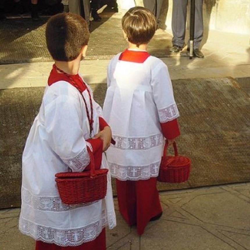 Niños oficiaban de monaguillos en una misa y les robaron a plena luz del día