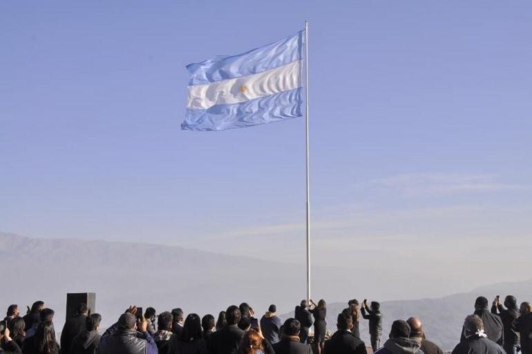 Izaron la bandera en el mirador de la Cuesta de El Portezuelo
