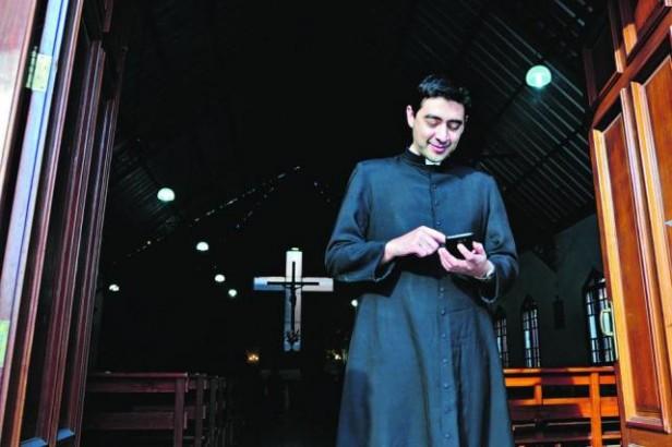 El sacerdote tucumano que suma fieles en el mundo usando redes sociales