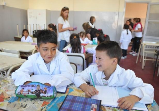 Niños y adolescentes de 16 provincias vuelven este lunes a clases