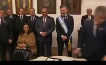 VERGONZOSO: Un vicegobernador kirchnerista fingió firmar el acta del Bicentenario