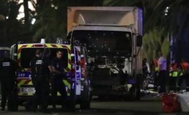 Al menos 73 muertos y un centenar de heridos al arrollar un camión a la multitud en Niza