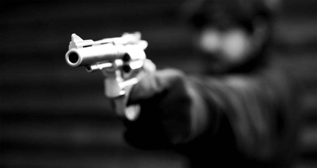 Tío y un sobrino está grave al ser acribillados a balazos en su casa