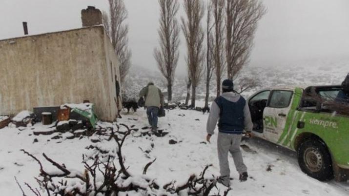 Tratan de rescatar a una familia que quedó varada por la nieve