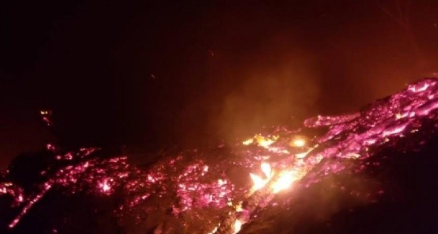 Los Bomberos santamarianos buscan controlar el fuego en El Puesto