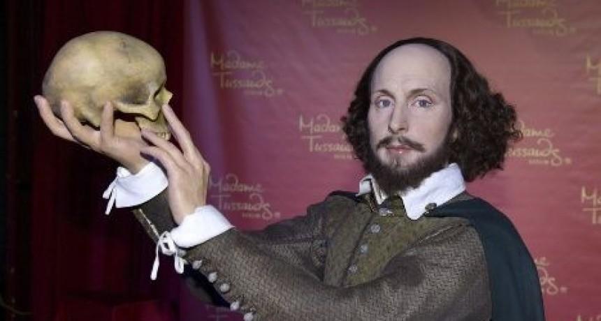 POLEMICA : Se sacó una selfie con un cráneo en la mano al estilo Shakespeare