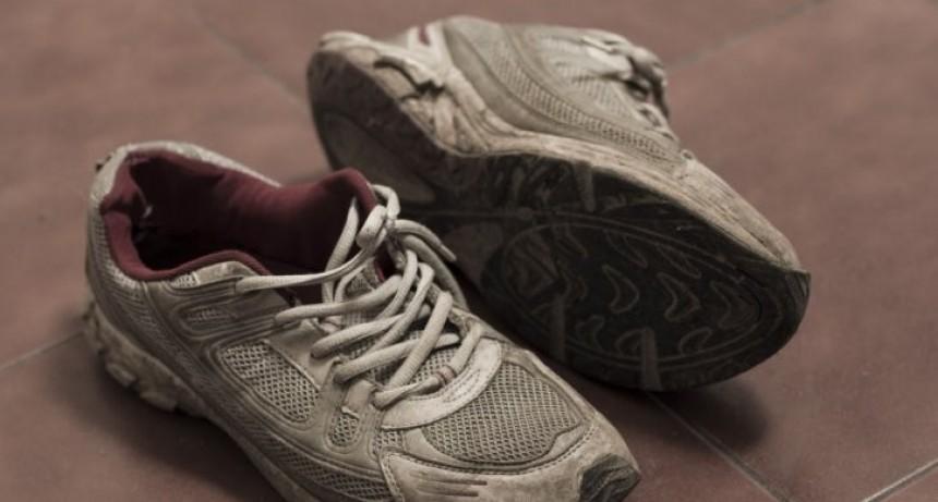 Violento asalto a un joven le robaron hasta las zapatillas