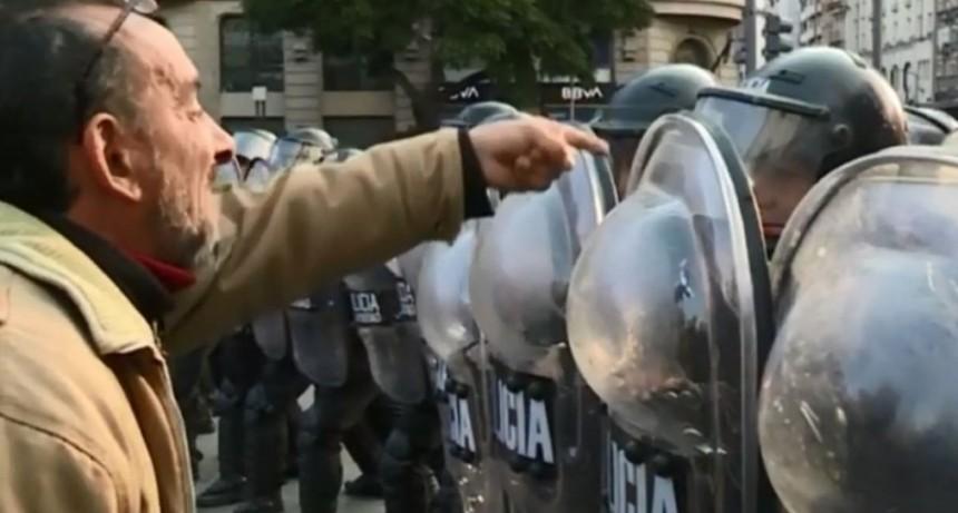 Incidentes y tensión en el Obelisco: hay dos detenidos