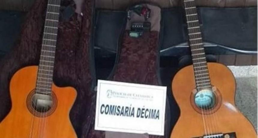 En un baldío encuentran dos guitarras