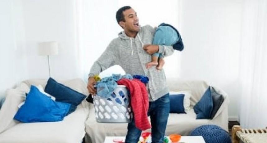 Polémica en las redes: un hombre es recompensado con sexo oral por hacer tareas domésticas