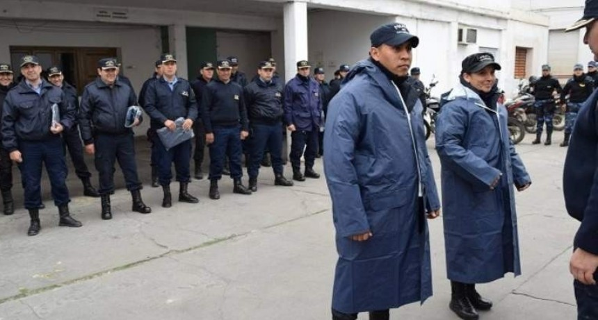 Policías recibieron protección para los días de lluvia