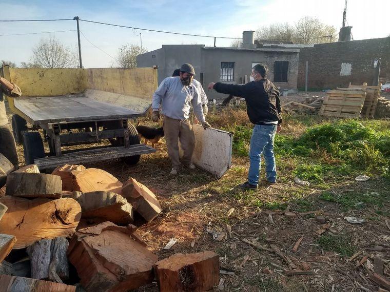 Donaron 5 mil kilos de leña a un pueblo aislado por el virus