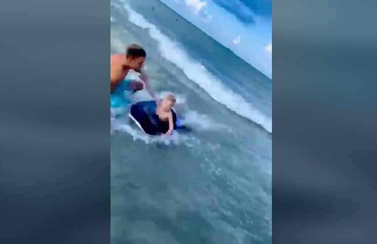 El estremecedor video de un hombre salvando a un nene a punto de ser devorado por un tiburón