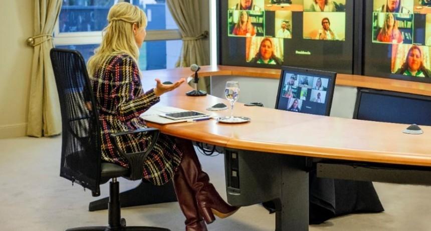 Fabiola Yañez realizó un encuentro virtual con maestros de diferentes provincias