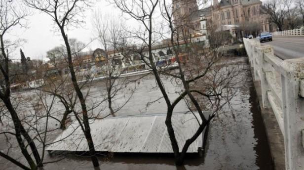 El agua avanza hacia la Basílica de Luján