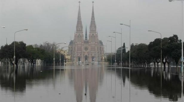 Inundaciones: el agua entró en la Basílica de Luján