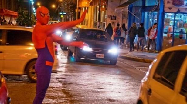 Hombre Araña dirige el tránsito en el microcentro