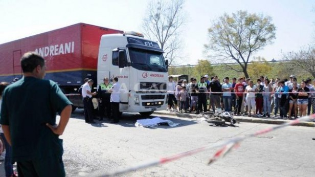 Un nene de ocho años murió bajo las ruedas de un camión
