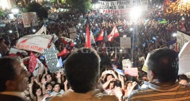 TUCUMAN : Una multitud en la Plaza Independencia pidió que se llame a nuevas elecciones