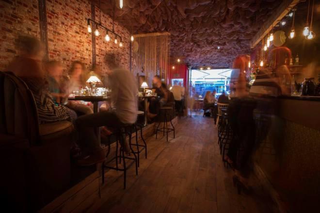 Un bar inglés bloquea la señal móvil para obligar a sus clientes a hablar